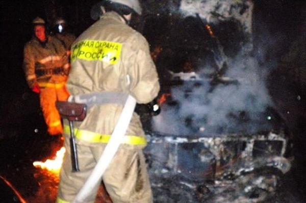 Автомобиль загорелся во время движения на трассе в Шахунье