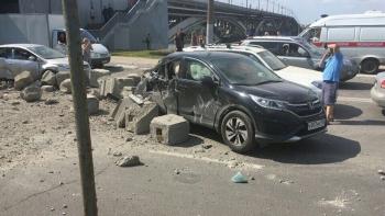 На Кананвинском мосту перевернулся самосвал, бетонные блоки сыпались на людей в машинах