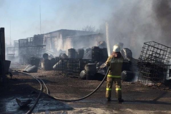 В Дзержинске произошел крупный пожар в цехе по разливу растворителя