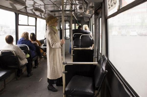 Мужчина спрятался от взыскателя долга в кабине водителя троллейбуса