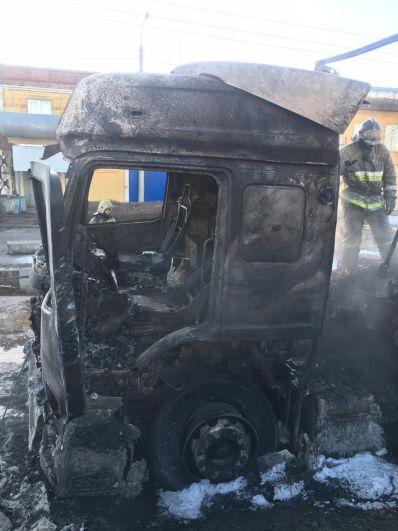 Опубликованы фото сгоревшей фуры у вокзала в Дзержинске