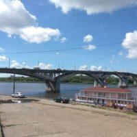 В Нижнем Новгороде мужчина повис на перилах Канавинского моста