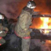 Заброшенный автомобиль сгорел во дворе дома на улице Дружаева