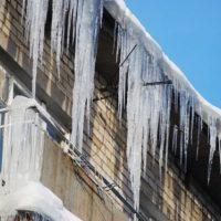 Погода виновата? В Дзержинске глыба льда упала на женщину с крыши