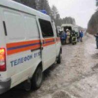 Восемь человек пострадали в перевернувшемся на трассе автобусе