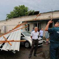 В Нижнем ураганный ветер снес крышу здания и повредил машины