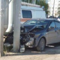 Автомобиль врезался в трубы теплотрассы в Заволжье