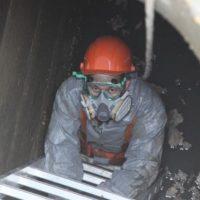 Улицу Минина затопило канализационными водами из-за аварии