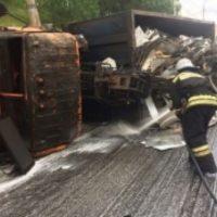 Грузовик перевернулся у Мызинского моста в Нижнем Новгороде