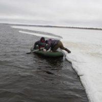 Двое рыбаков провалились под лед на снегоходе на Горьковском море
