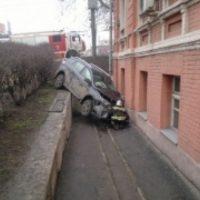 Автомобиль врезался в здание приюта в Нижнем Новгороде