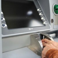 В Дзержинске мошенник снял с банковских карт более 1,2 млн рублей