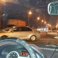 В Нижнем Новгороде на Мызинском мосту автомобиль врезался в отбойник