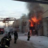 Крупный пожар пытаются потушить на складе в Нижнем Новгороде