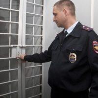 В Дзержинске двое мужчин пытались украсть входную дверь в подъезд