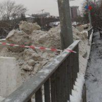 В Нижнем восстанавливают выбитое машиной ограждение моста