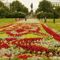 Автомобиль врезался в памятник Горькому в Нижнем Новгороде