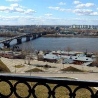 Очевидец: молодой человек может упасть с Канавинского моста