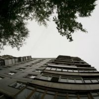 В Нижнем мужчина выпал с 12 этажа дома на улице Акимова
