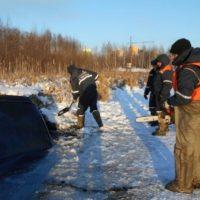 В Нижнем спасатели достали провалившийся под лед автомобиль