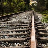 Следователи выясняют обстоятельства гибели мужчины под поездом