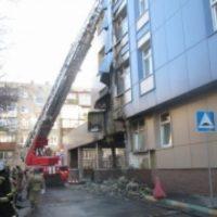 Автомобиль и фасад здания обгорели в Нижнем Новгороде