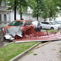 На улице Пискунова кровельный лист упал на автомобиль