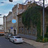 В Нижнем Новгороде на улице Ильинской трактор повредил дом и скрылся