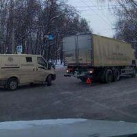 Инкассаторский автомобиль сбил пенсионерку на улице Ванеева