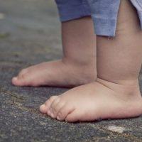 Пьяные родители оставили на балконе без присмотра маленького ребенка