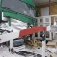 В Нижегородской области грузовик врезался в пост на железной дороге