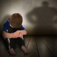 Мужчина развращал 11-летнего мальчика, которого с родителями привез на дачу